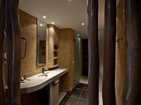 Afrikai stílusú modern fürdőszoba a Hotel Bambarában Felsőtárkányon, a Bükkben