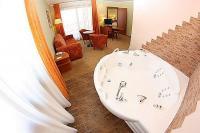 Hotel Aquarell Cegléd akciós jacuzzis hotelszobája wellness hétvégére