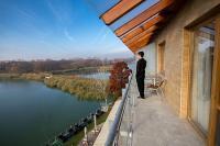 Hotel Corvus Aqua erkélyes hotelszobája kilátással a Gyopárosi tóra