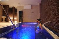 Színterápiás pezsgő medence a Wellness Hotel Ködmönben a Szépasszonyvölgyben, Egerben