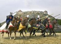 Sümegi várjátékok, lovas bemutatók a Hotel Kapitány és Sümegi Vár közelében