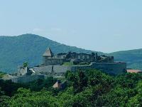Visegrádi fellegvár lenyűgöző panorámával az erdőre Visegrádon